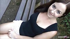 Emma streichelt sich und fickt im Park